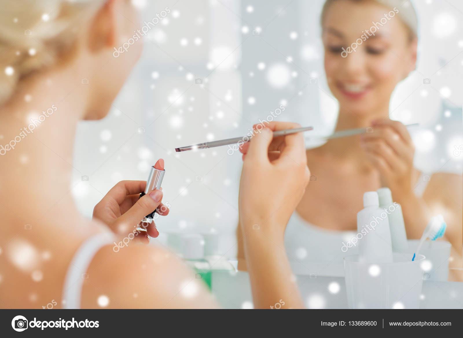 Девушка дома утром в ванной комнате, порно