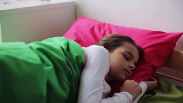 Девушка спит в постели видео фото 532-132