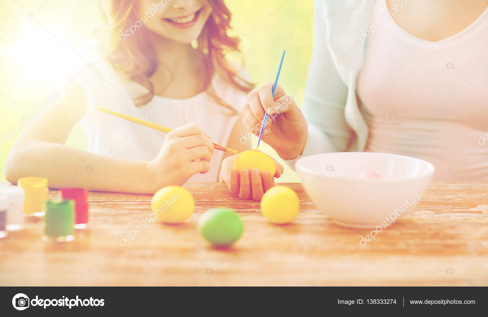 Coloriage Paques Famille.Gros Plan De Famille Coloriage Des Oeufs De Paques Photographie