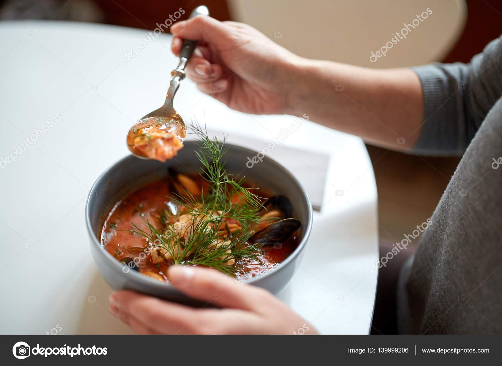 mujer comiendo sopa de mariscos en el restaurante — Foto de stock ...