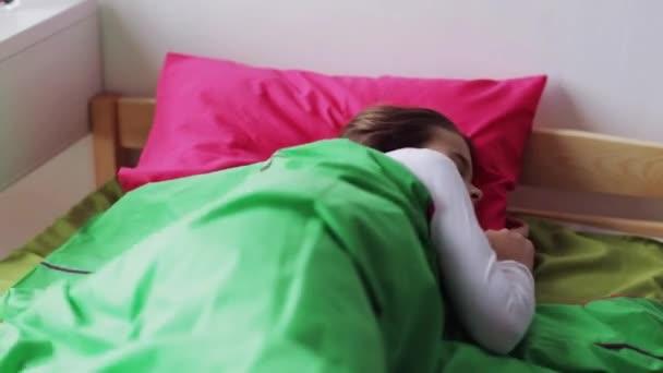 Девушка спит в постели видео фото 532-774