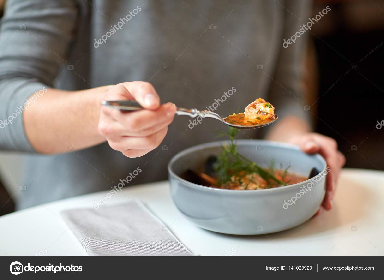 mujer comer sopa de pescado en el café o restaurante — Foto de stock ...