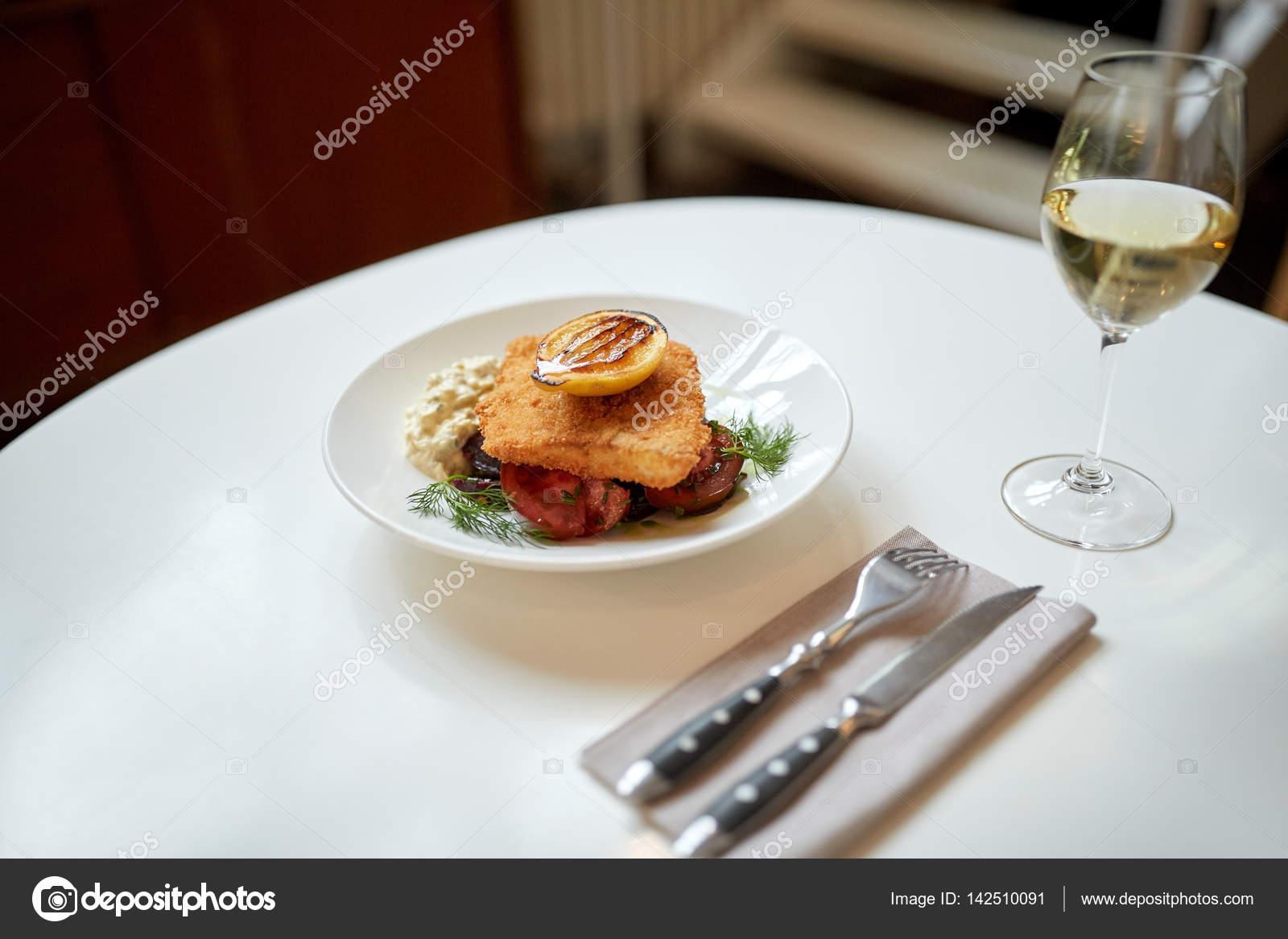 fisch salat und wein glas am tisch im restaurant stockfoto syda productions 142510091. Black Bedroom Furniture Sets. Home Design Ideas