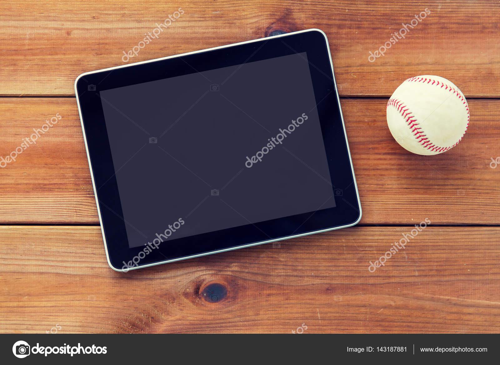 Nahaufnahme von Baseball-Ball und Tablet-PC auf Holz — Stockfoto ...