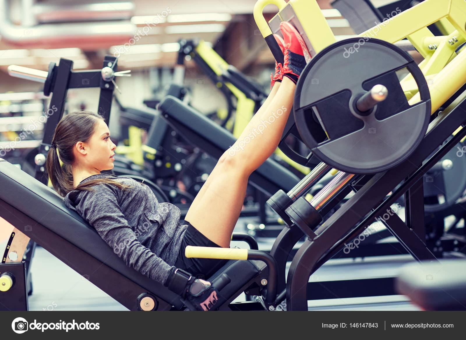 Machine Sur Femme Dans De Muscles Presse Salle Une Pied Souples fnOrfRq