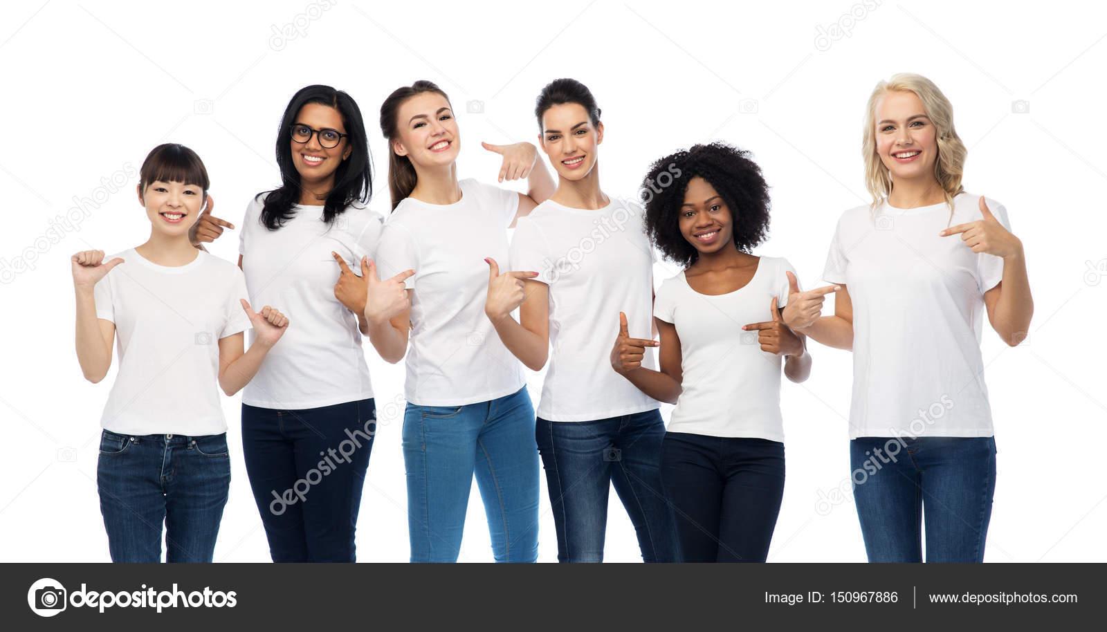 2bb85364613 Grupo Internacional de mujeres en camisetas blancas — Fotos de Stock ...