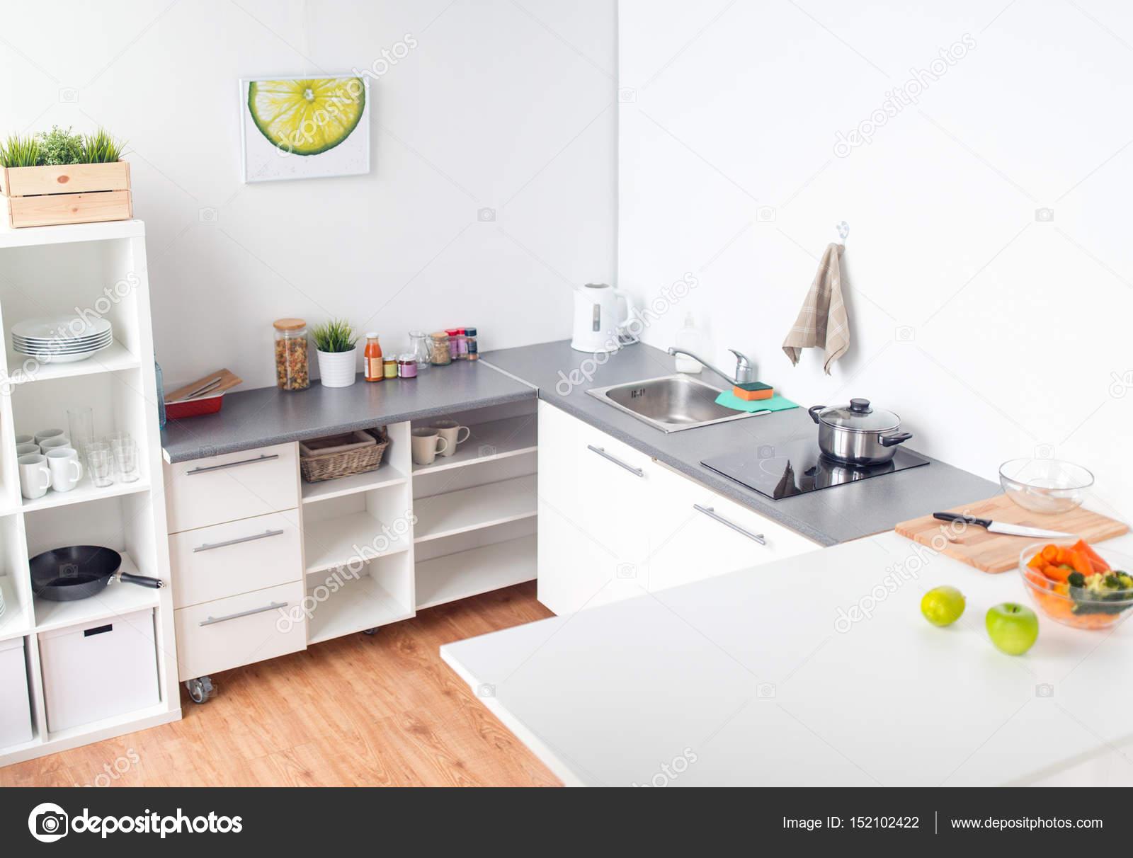 moderne Küche zu Hause Interieur mit Essen auf Tisch — Stockfoto ...