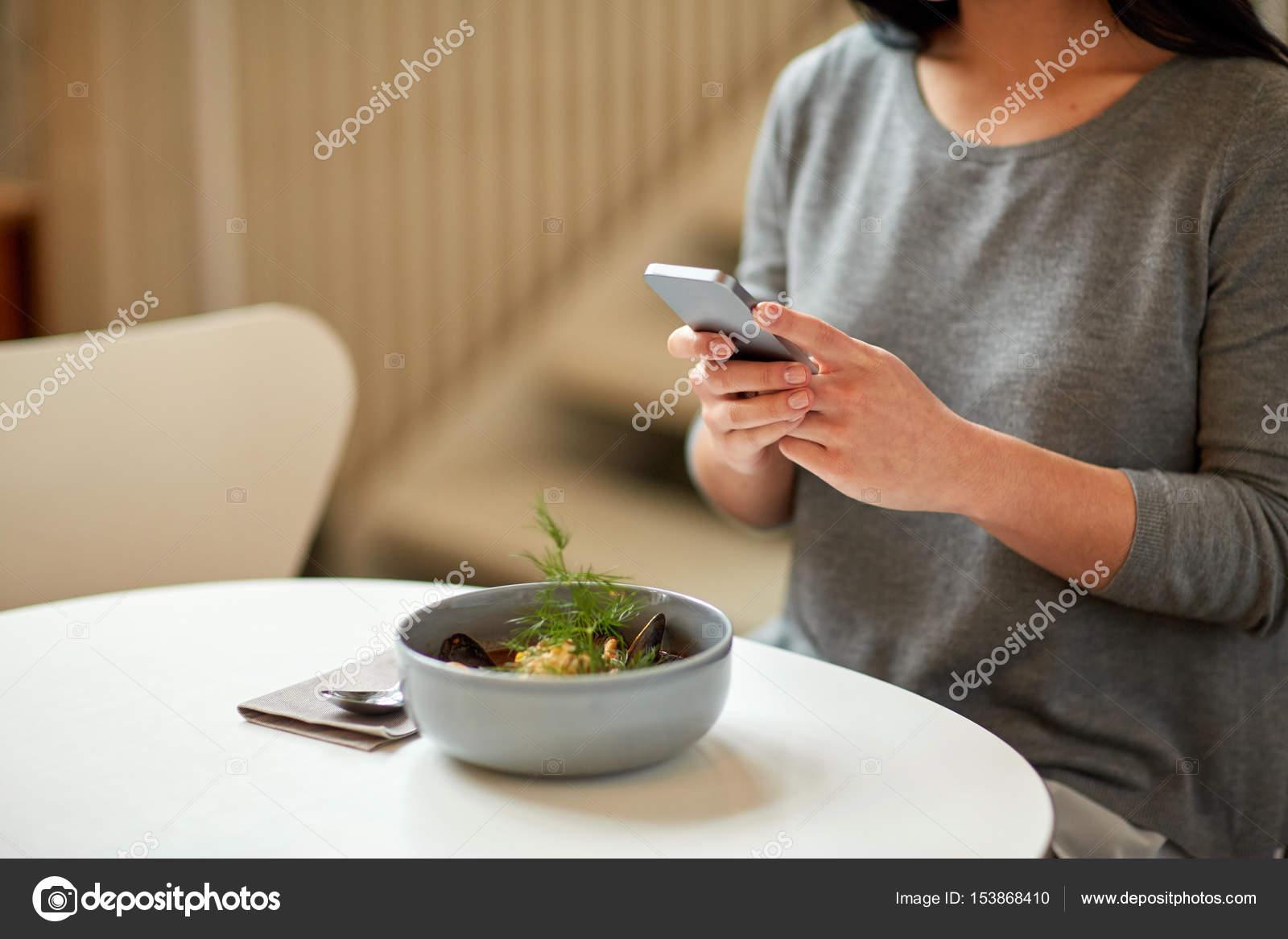 mujer con smartphone y plato de sopa en el café — Foto de stock ...