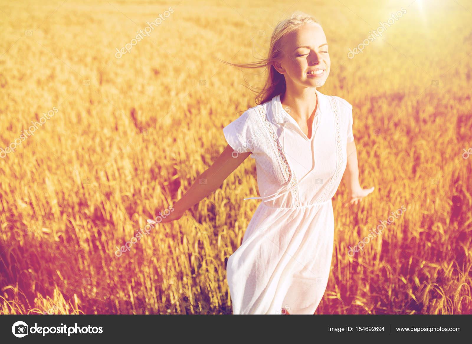 Feld lächelnde Kleid Getreide Frau im auf junge Stockfoto weißen bf76yYg