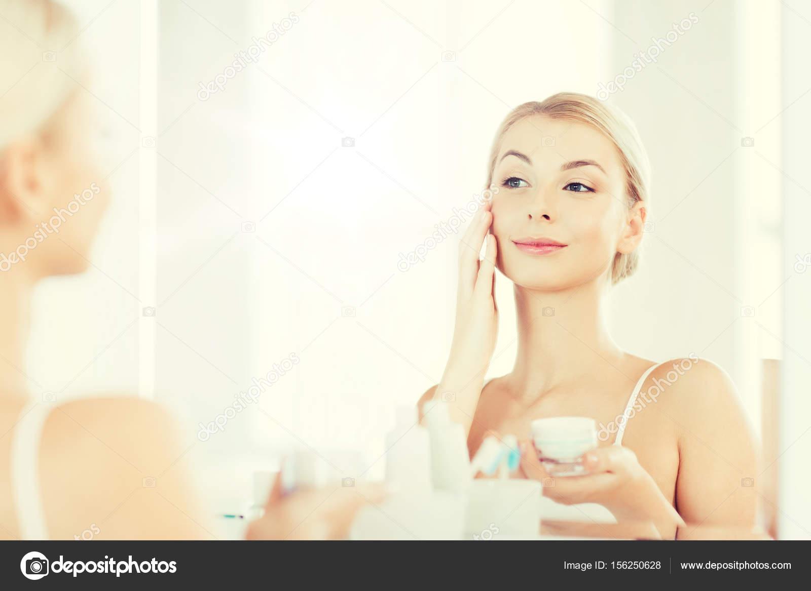 Glückliche Frau Anwendung Creme Bad Stellen U2014 Stockfoto