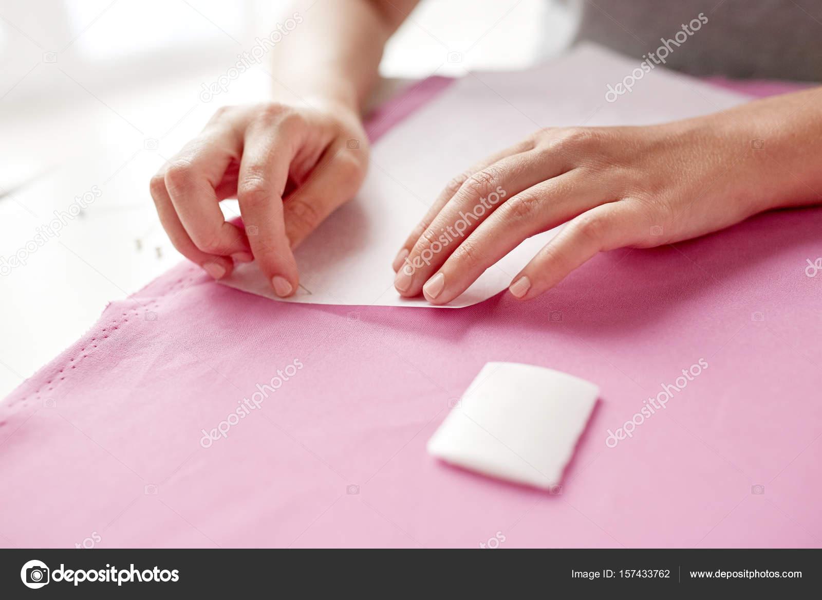 Frau mit Stiften, Papier-Muster auf Stoff nähen — Stockfoto ...