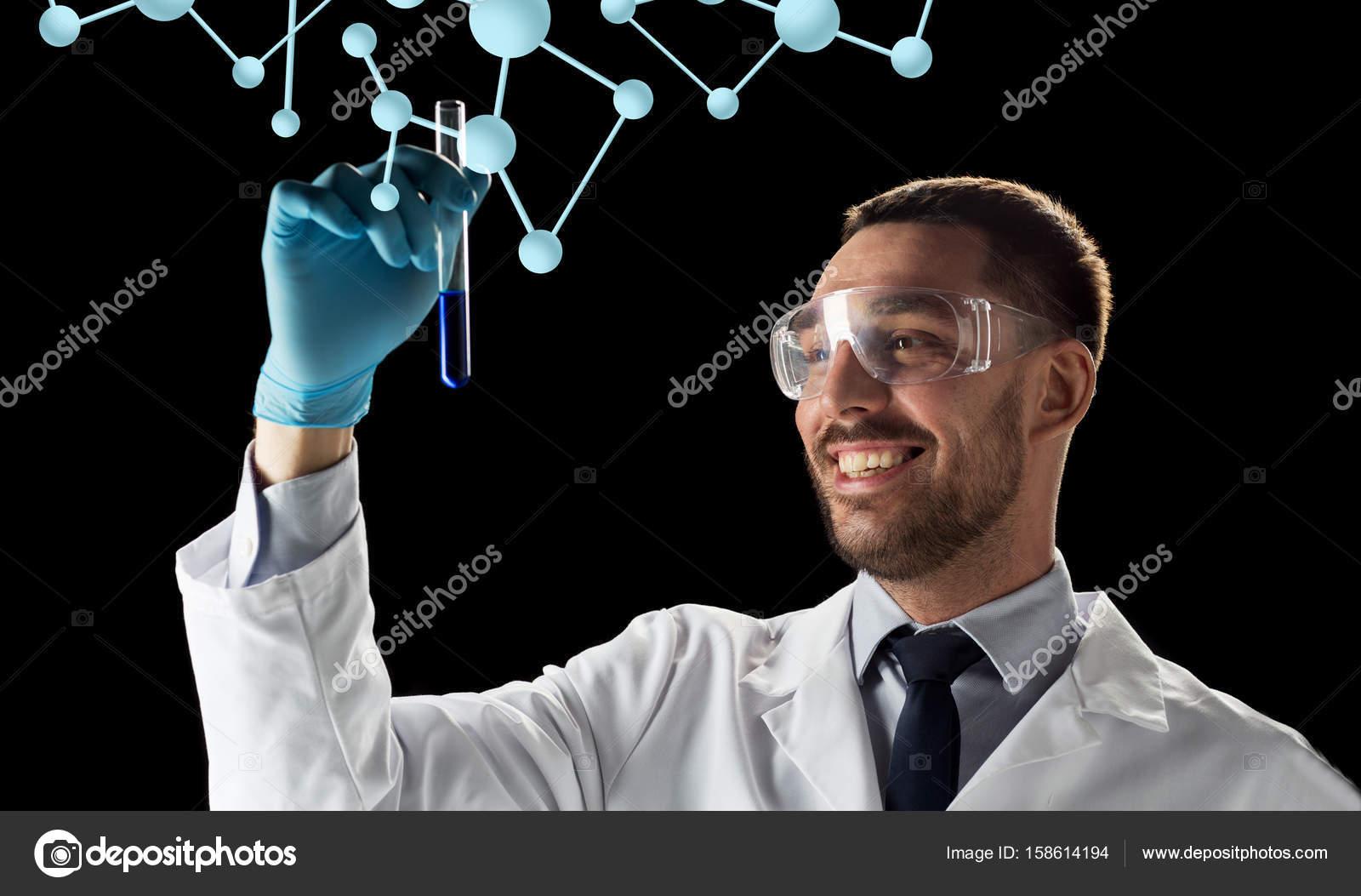 Sciences, biologie et gens concept - jeune chercheur souriant dans des  lunettes de sécurité avec le tube à essai et molécules sur fond noir —  Image de ... 090b3e26663f