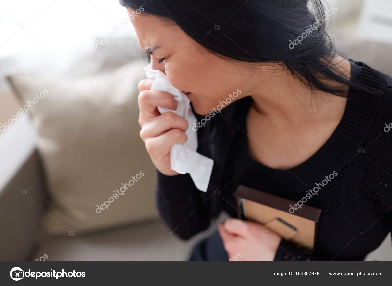 weinende Frau mit Fotorahmen am Tag der Beerdigung — Stockfoto ...