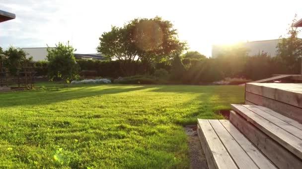 Gemahte Wiese Im Sommer Garten Und Terrasse Aus Holz Treppe