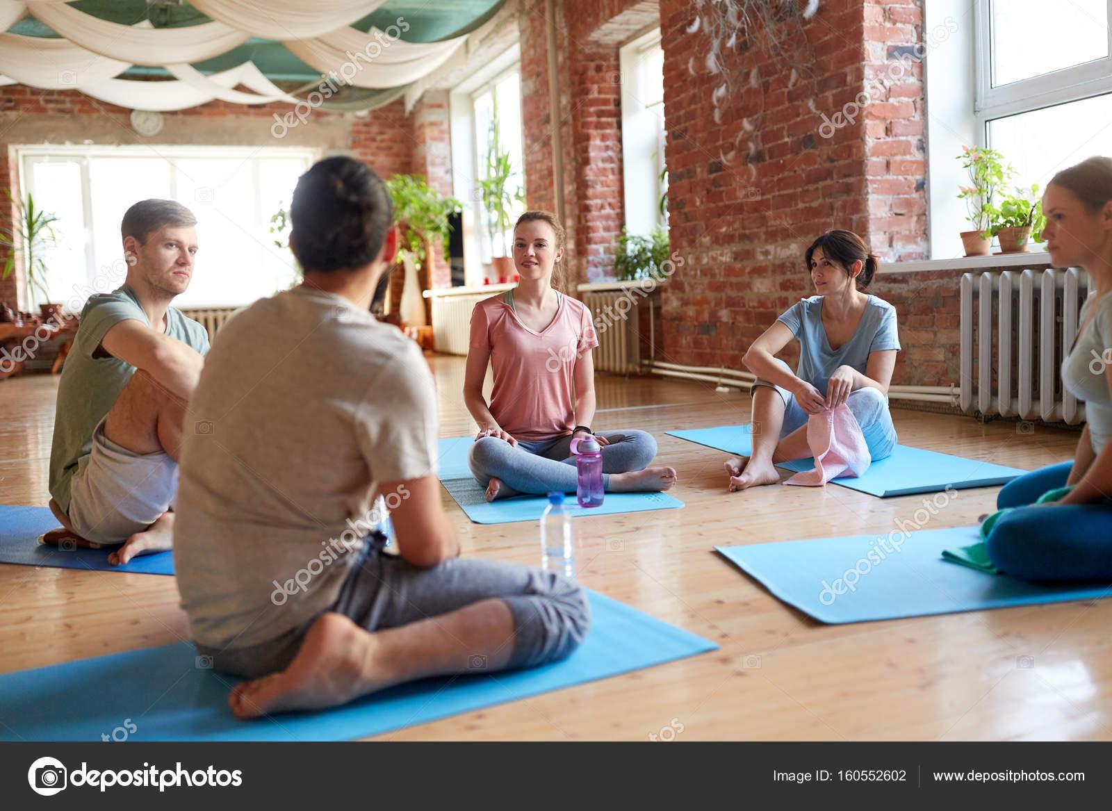 Ufficio Disegno Yoga : Gruppo di persone che riposa su stuoie di yoga presso studio u2014 foto