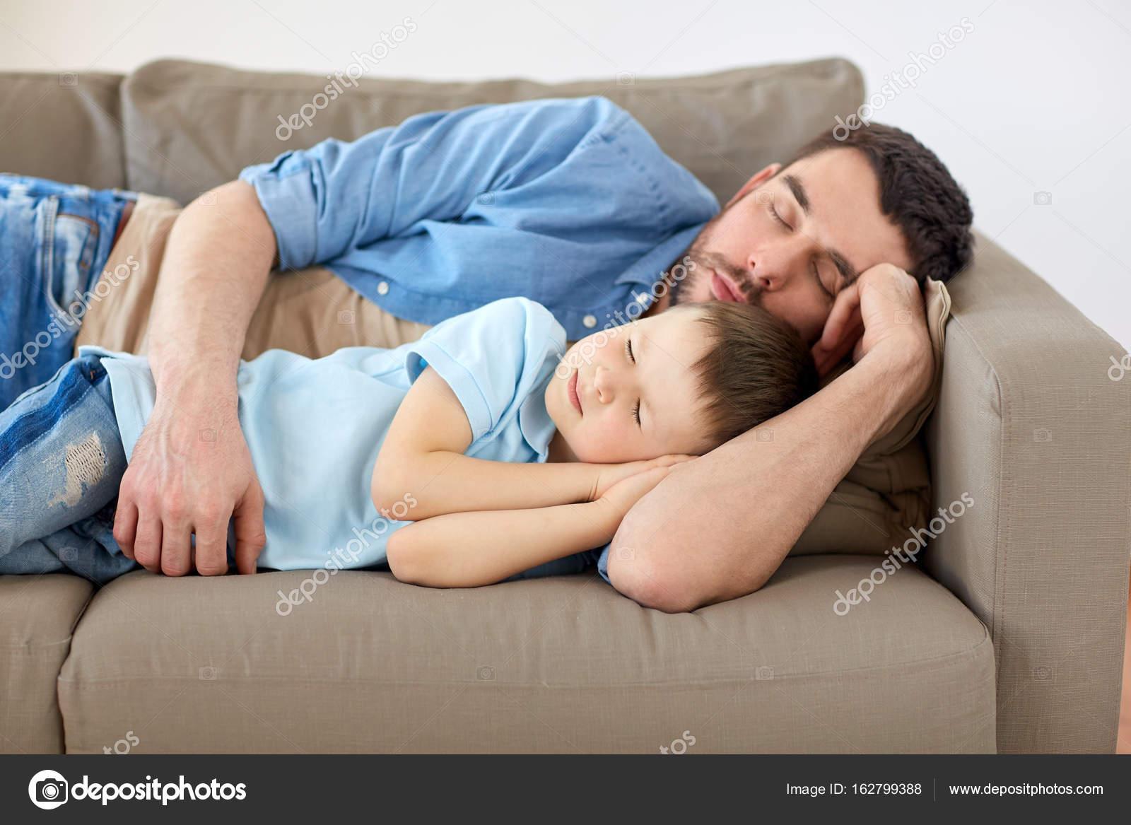 Секс сын трахает мать на диване, Порно русских мамочек, сын трахает маму 15 фотография