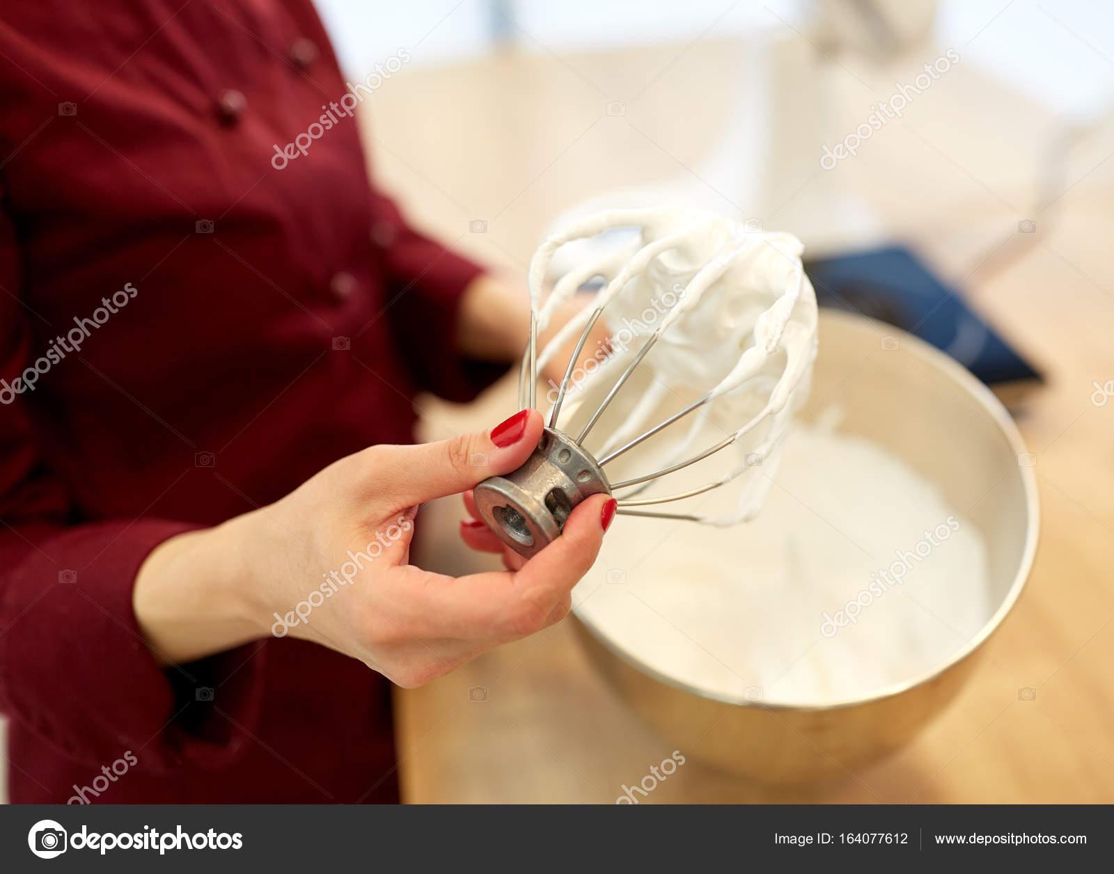 Koch mit Schneebesen und geschlagene Eiweiß in Küche — Stockfoto ...