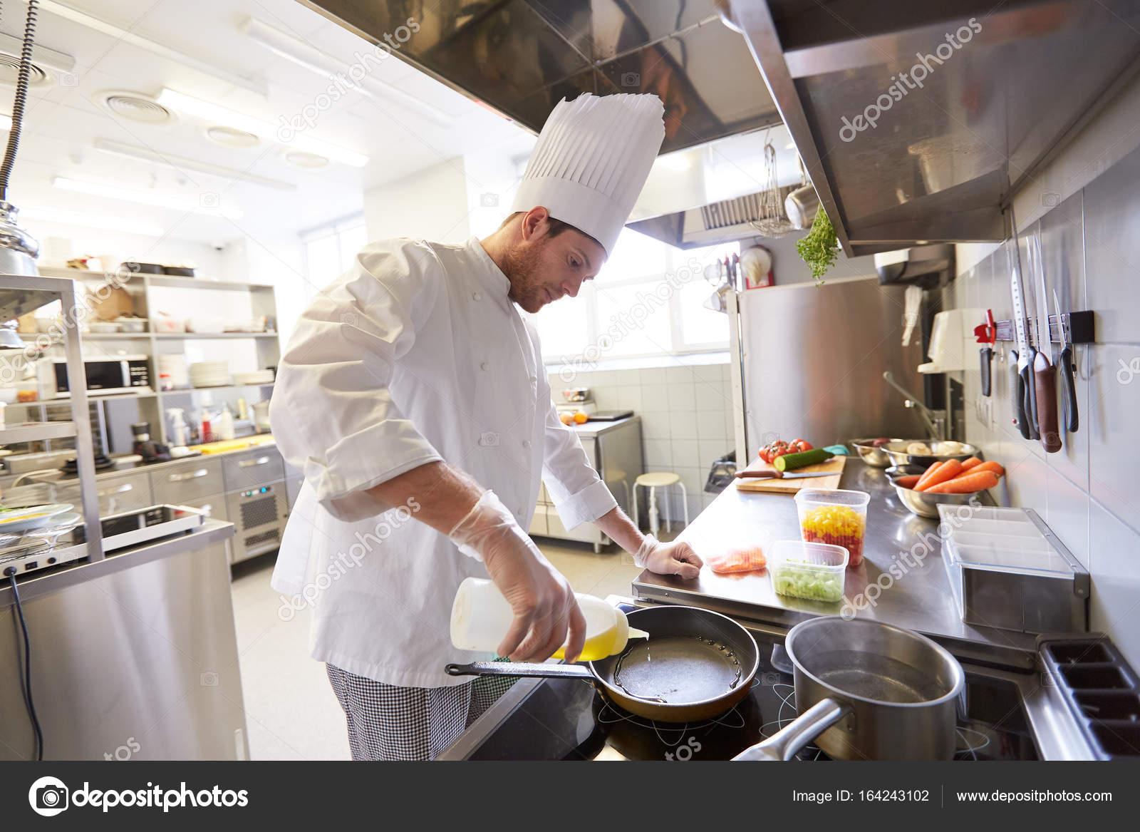 Feliz hombre chef cocinar en cocina de restaurante foto - Cocinas chef ...