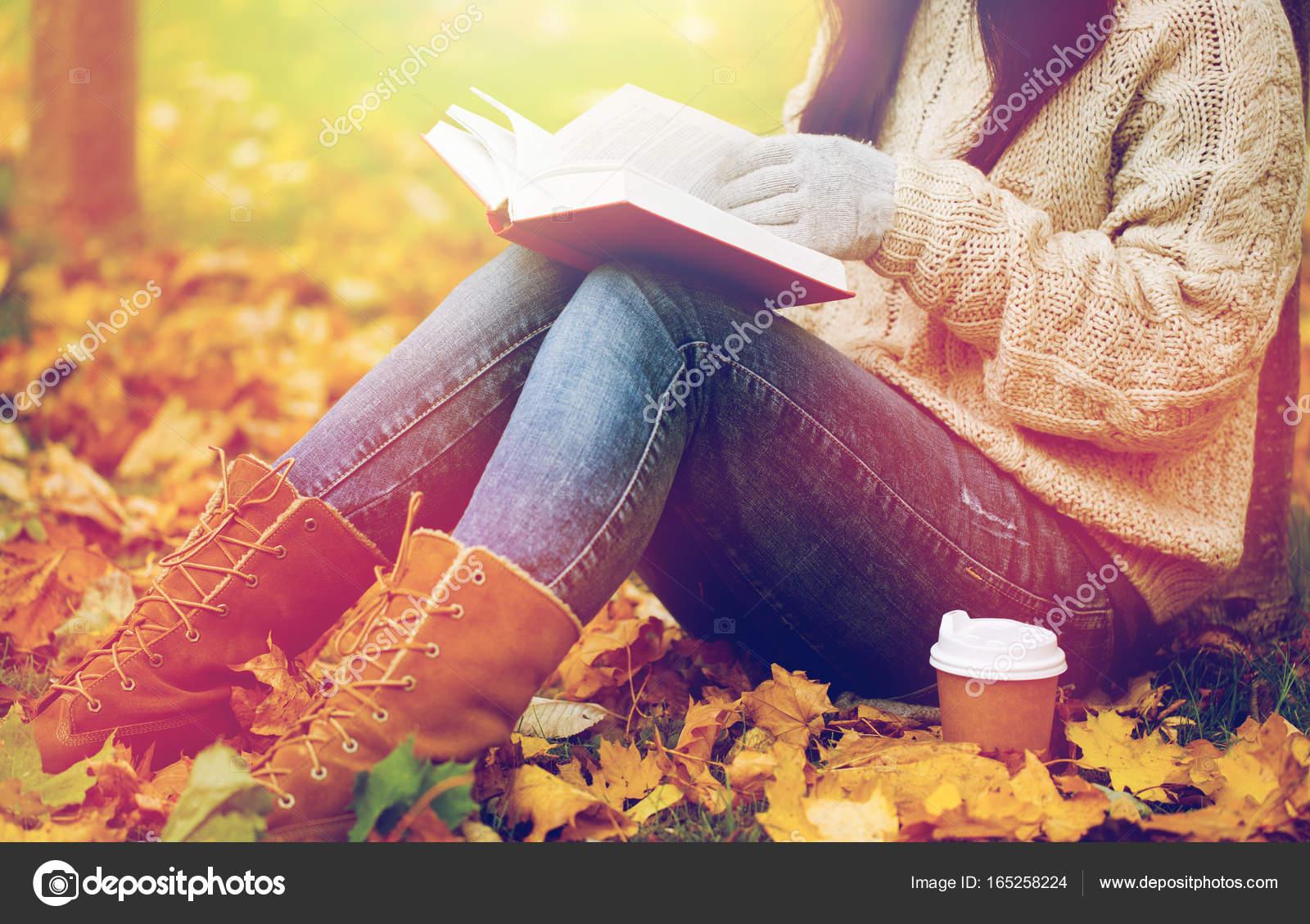 Mujer Con Libro Tomando Café En El Parque Otoño