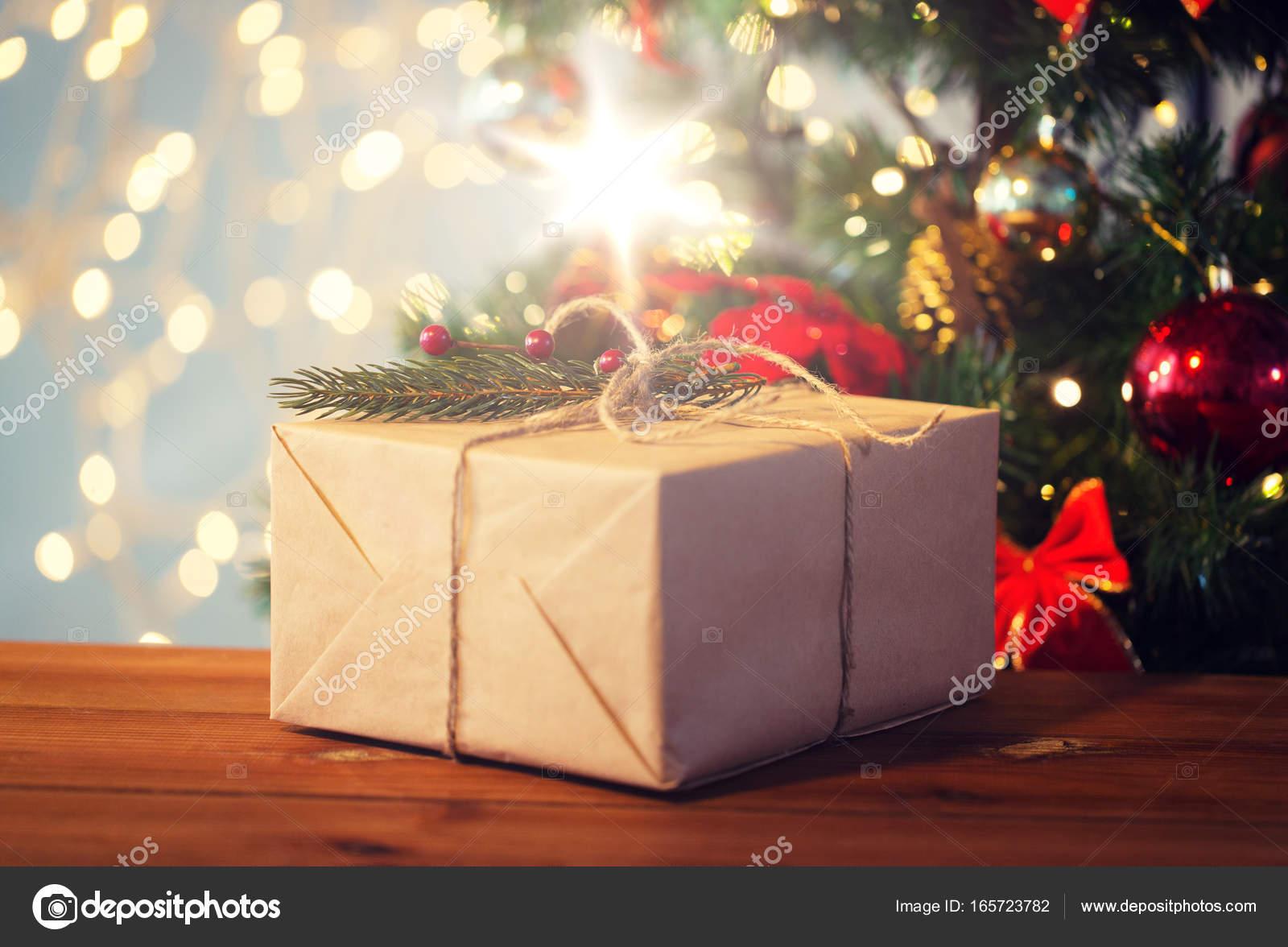 Nahaufnahme von Weihnachtsgeschenk mit Fir-brunch — Stockfoto ...