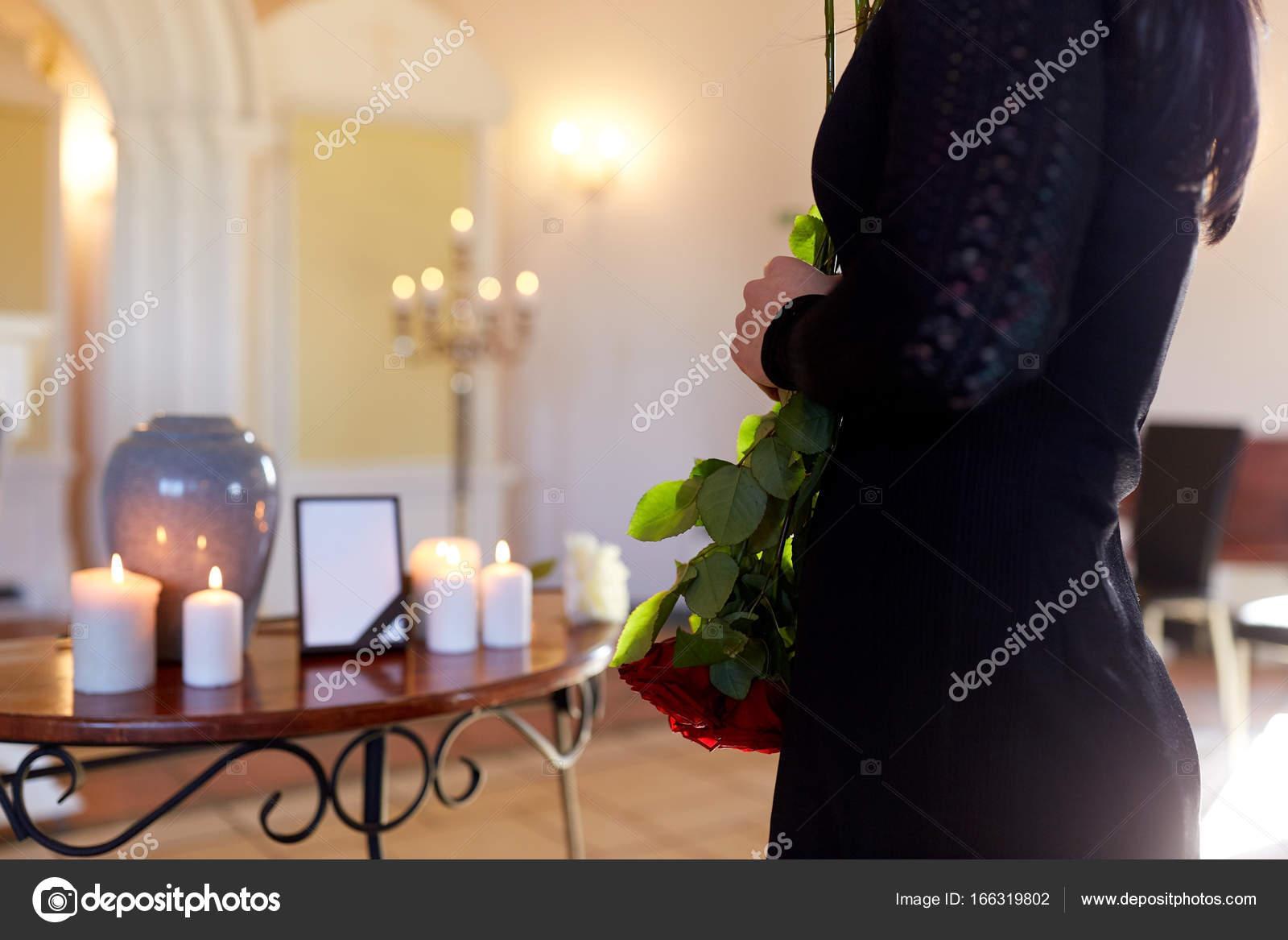 mujer cremación funeral la con la en iglesia el urna de en S7IO7r
