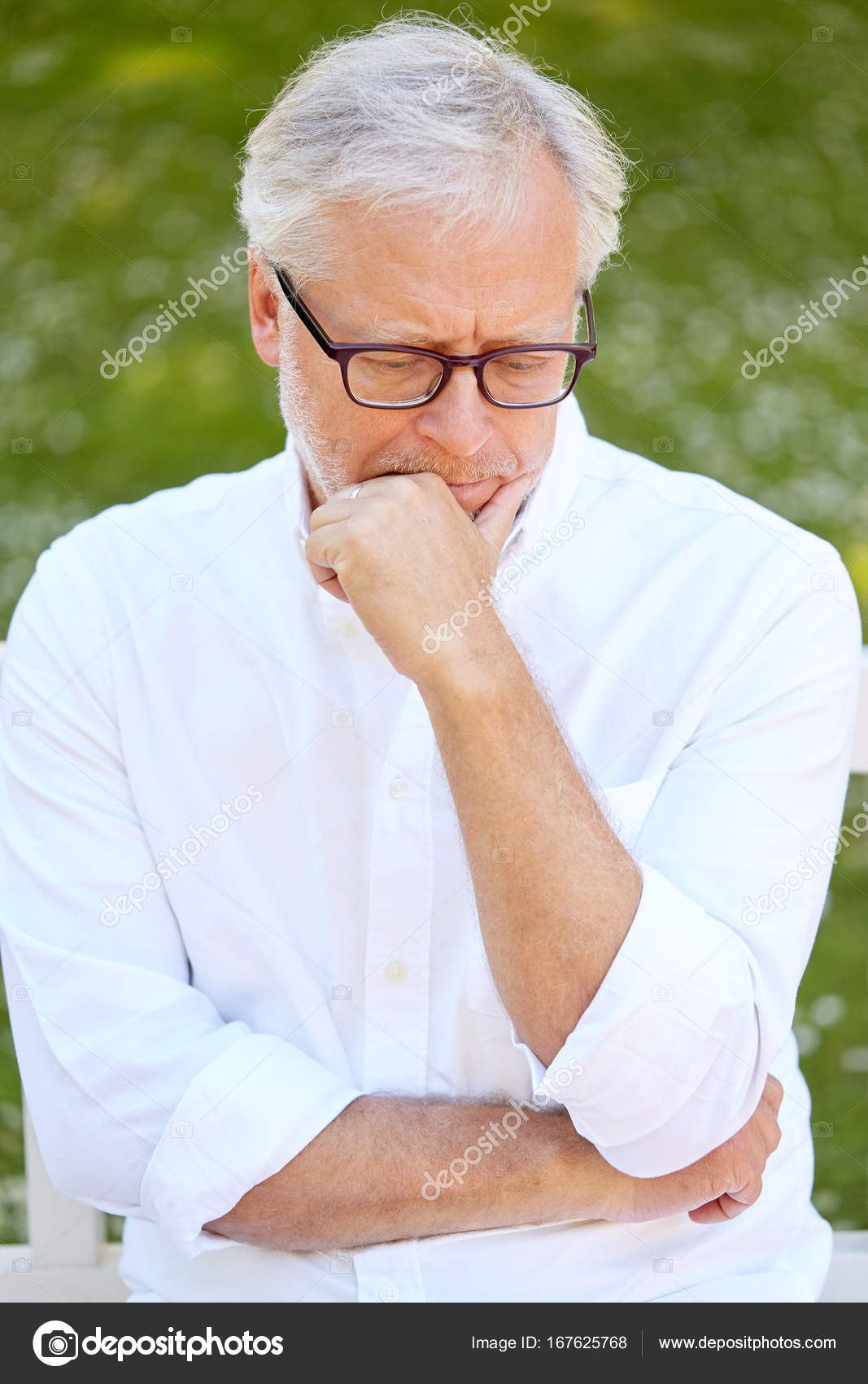aaa1cfe8efde6 thoughtful senior man sitting at summer park — Stock Photo ...