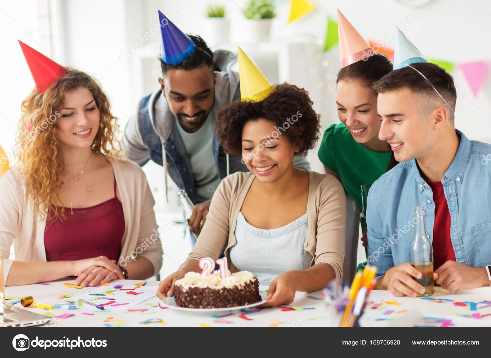 Gruss Teamkollegen Bei Buro Geburtstags Party Stockfoto