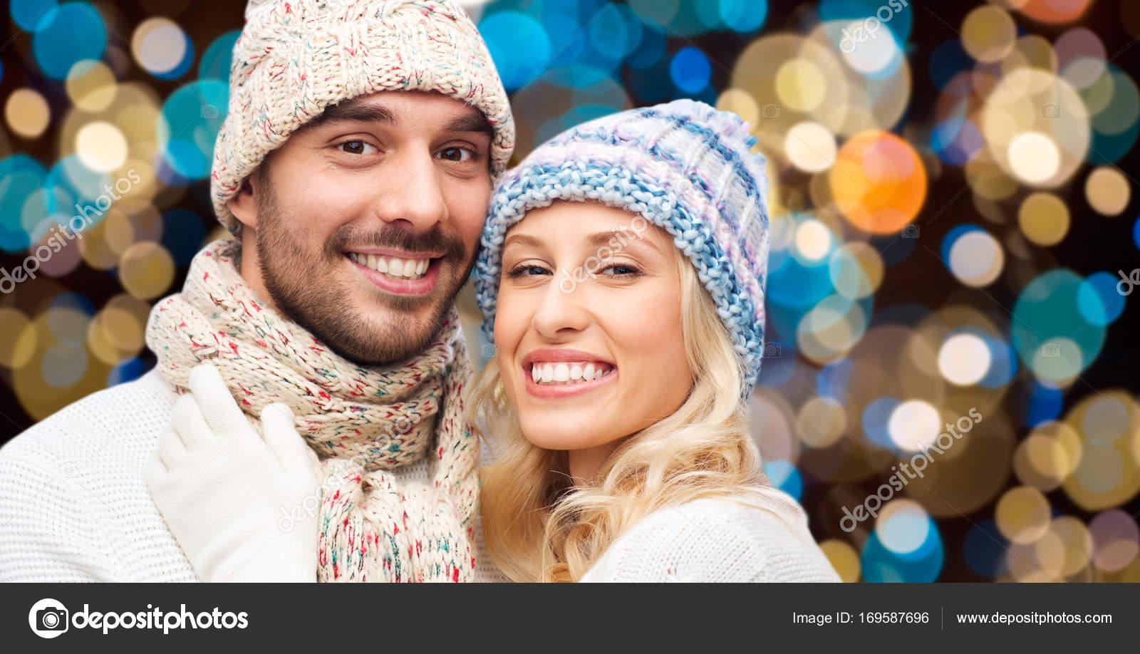 glückliches Paar in Hüte über Lichter Hintergrund — Stockfoto ...
