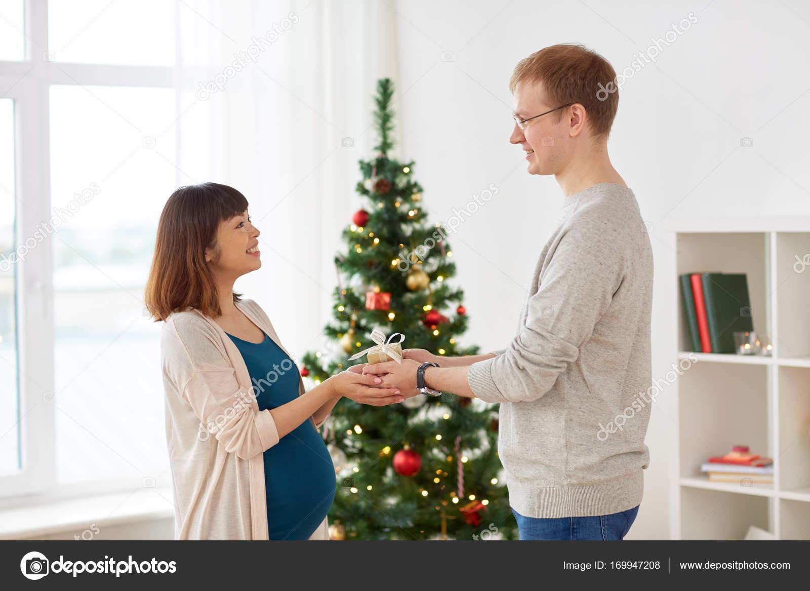 Ehemann geben Weihnachtsgeschenk für schwangere Frau — Stockfoto ...
