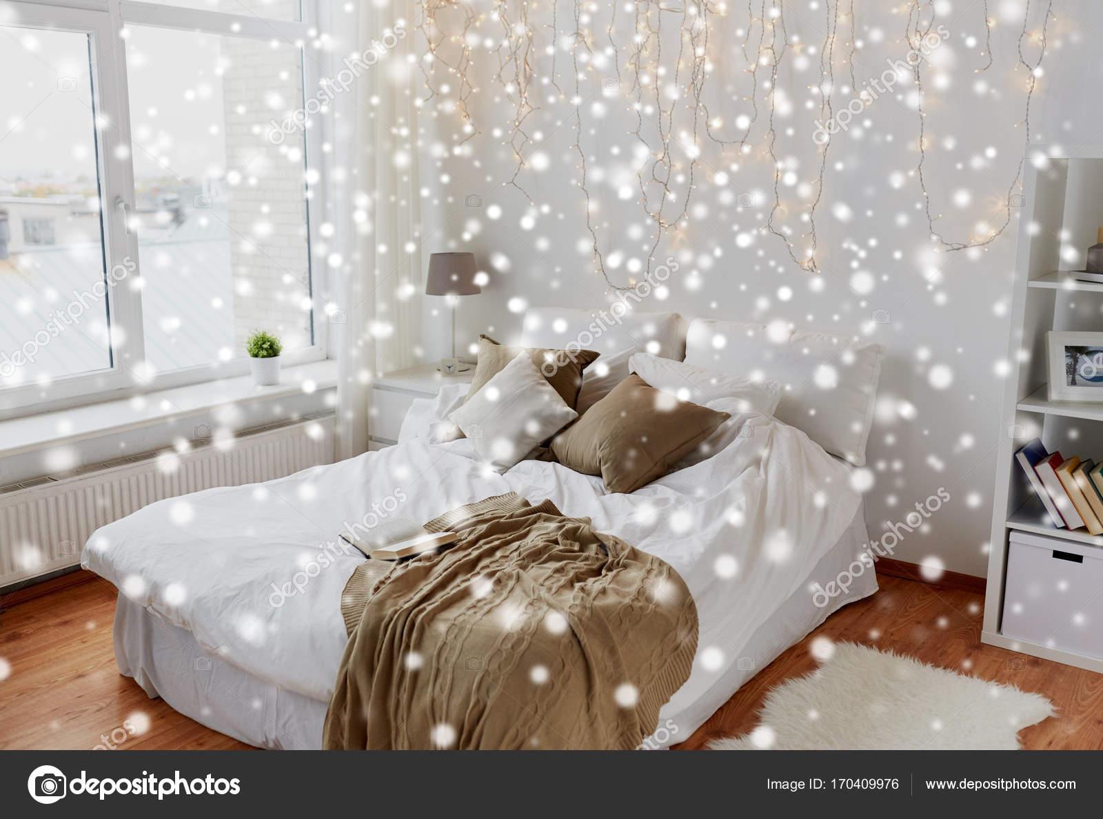 Sypialnia Z łóżkiem I Boże Narodzenie Girlanda W Domu