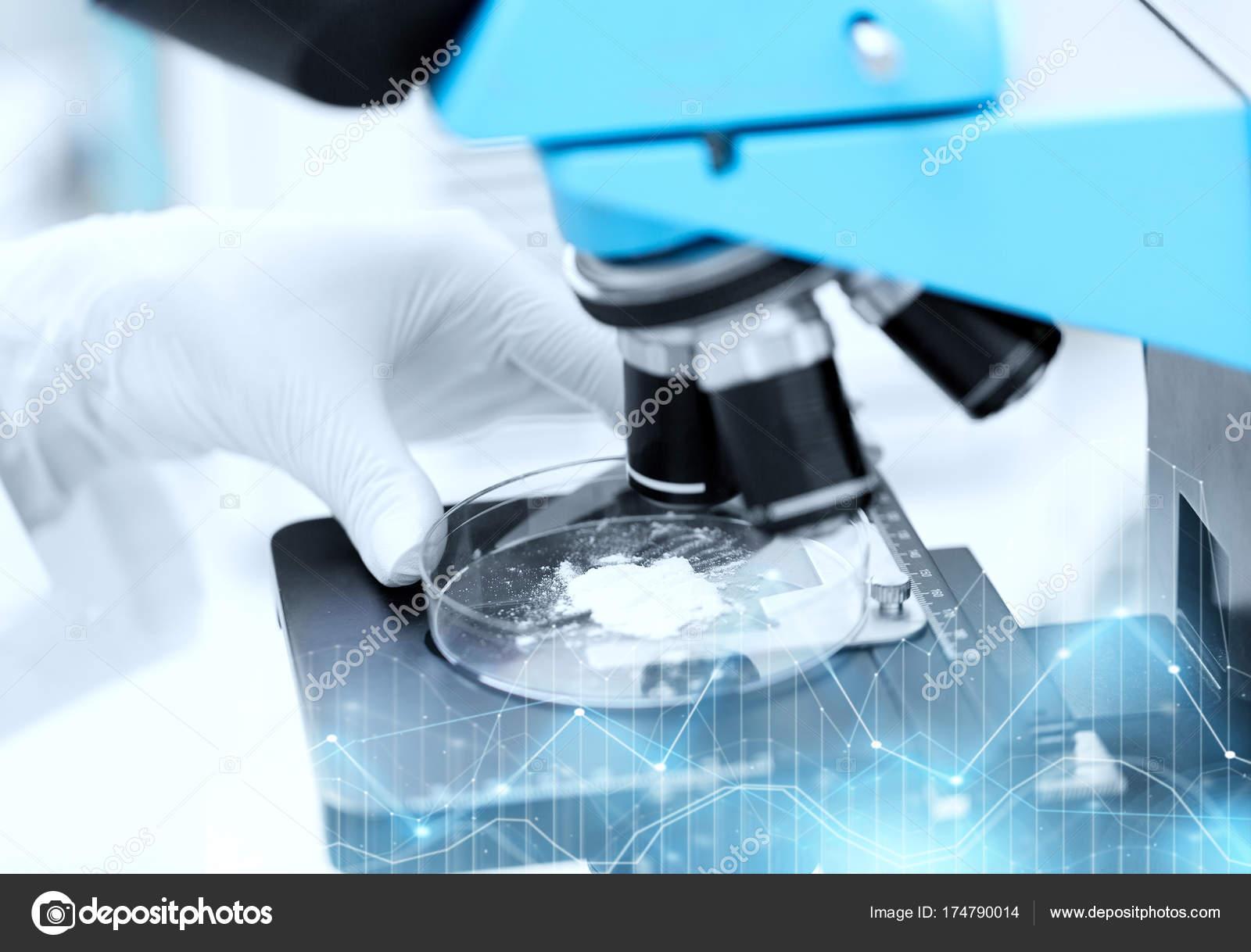 Nahaufnahme von hand mit mikroskop und pulver beispiel