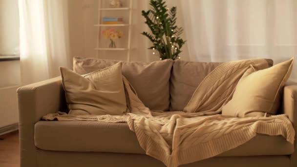 Sofa mit Kissen im gemütlichen Wohnzimmer zu Hause