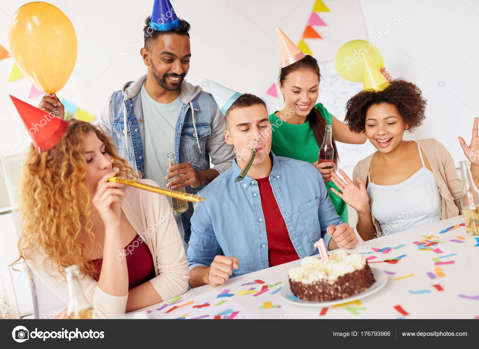 Anniversario Ufficio : Squadra azienda che celebra anniversario di un anno u foto stock