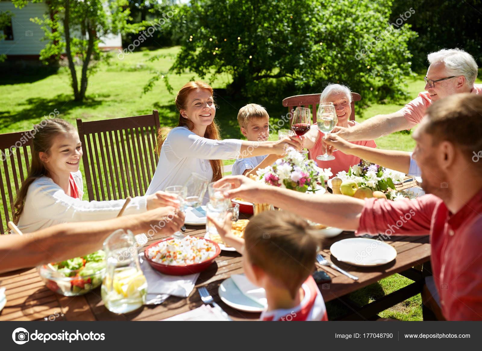 gl ckliche familie mit abendessen oder sommer garten party stockfoto syda productions 177048790. Black Bedroom Furniture Sets. Home Design Ideas