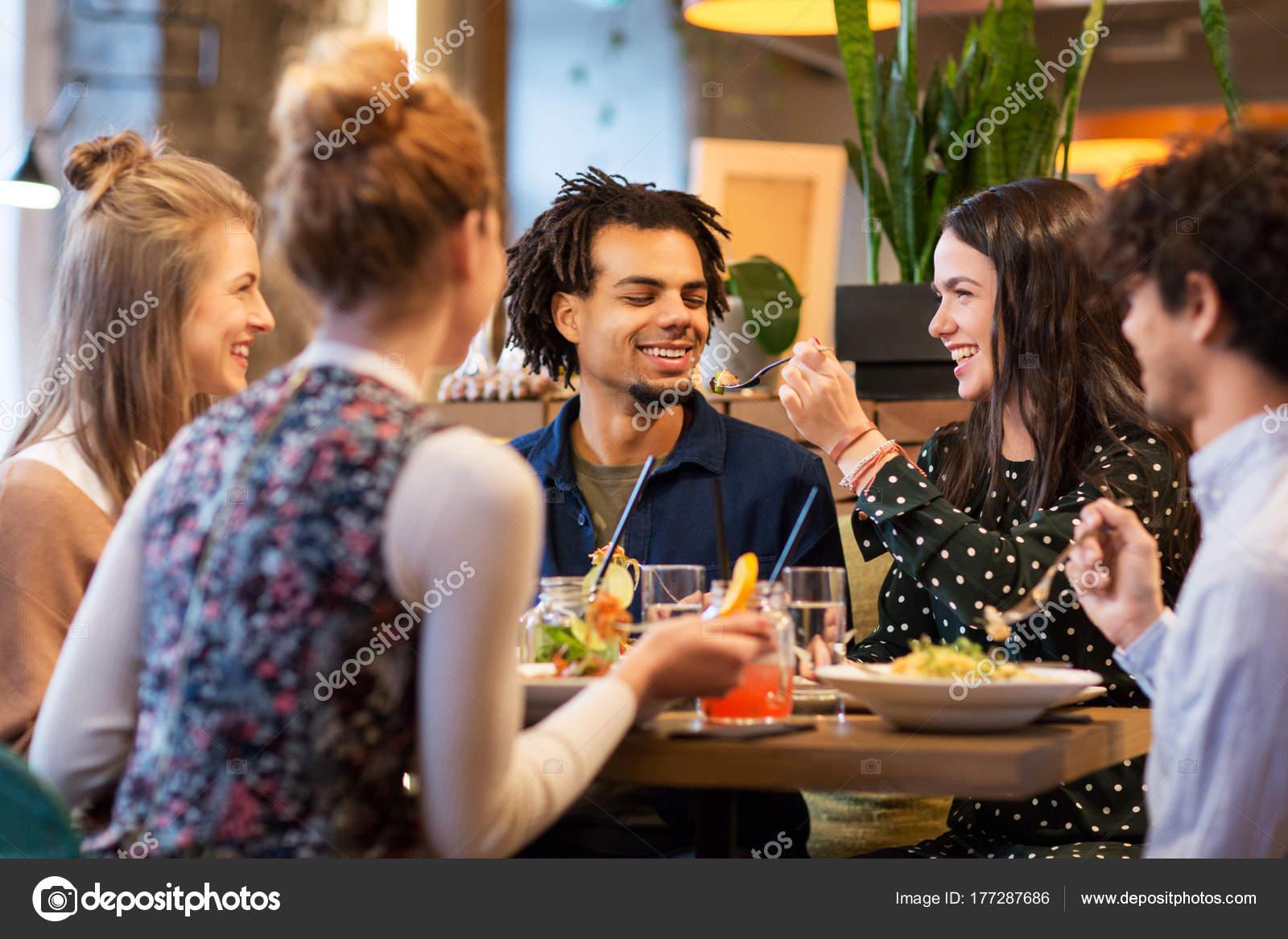 Freunde, Die Selfie Durch Smartphone Am Restaurant Nehmen