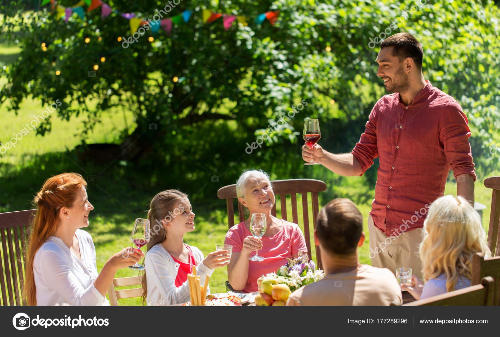 gl ckliche familie mit abendessen oder sommer garten party stockfoto syda productions 177289296. Black Bedroom Furniture Sets. Home Design Ideas