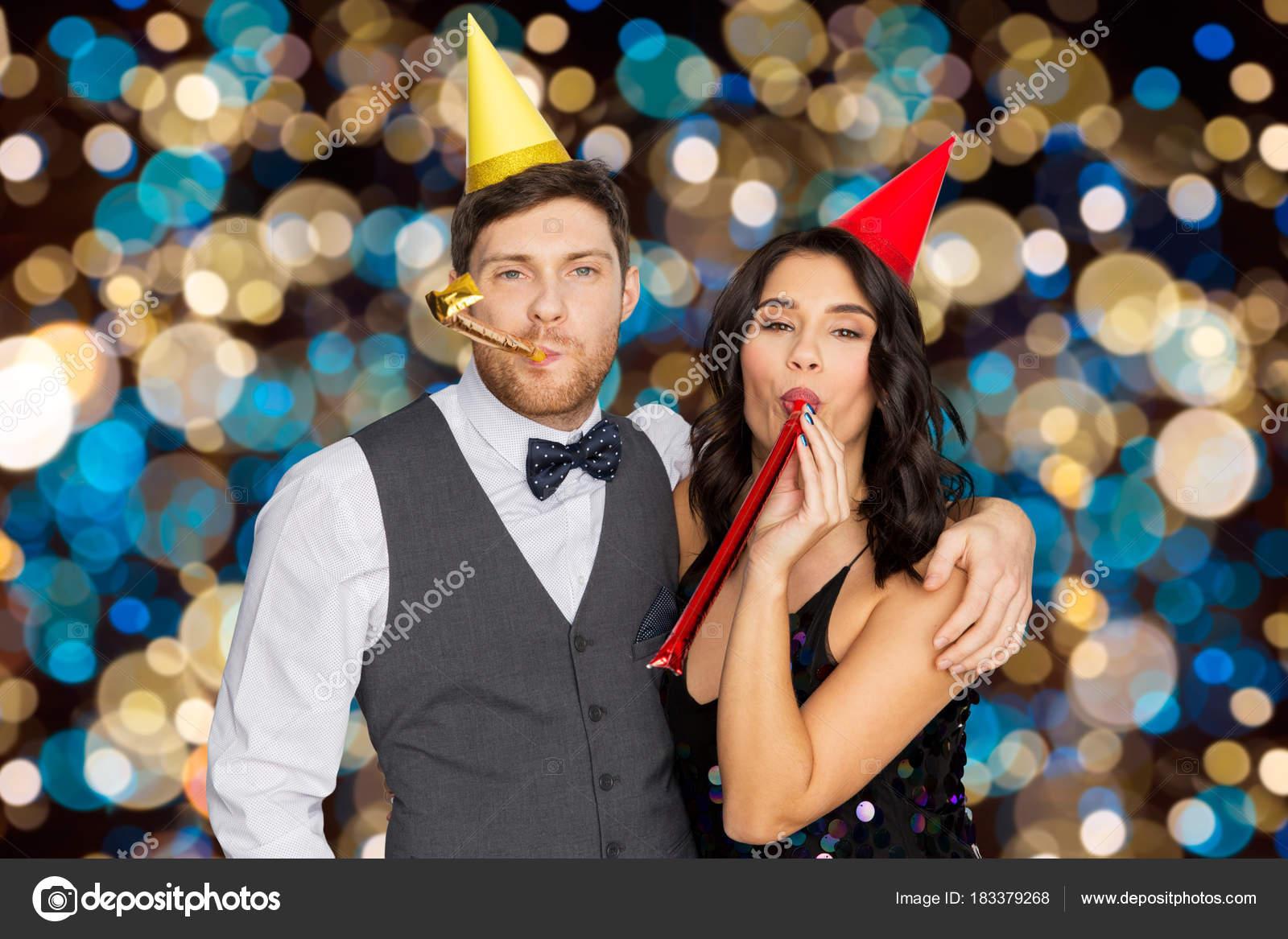eff865ec68893 pareja feliz con sopladores de fiesta divirtiéndose — Fotos de Stock ...