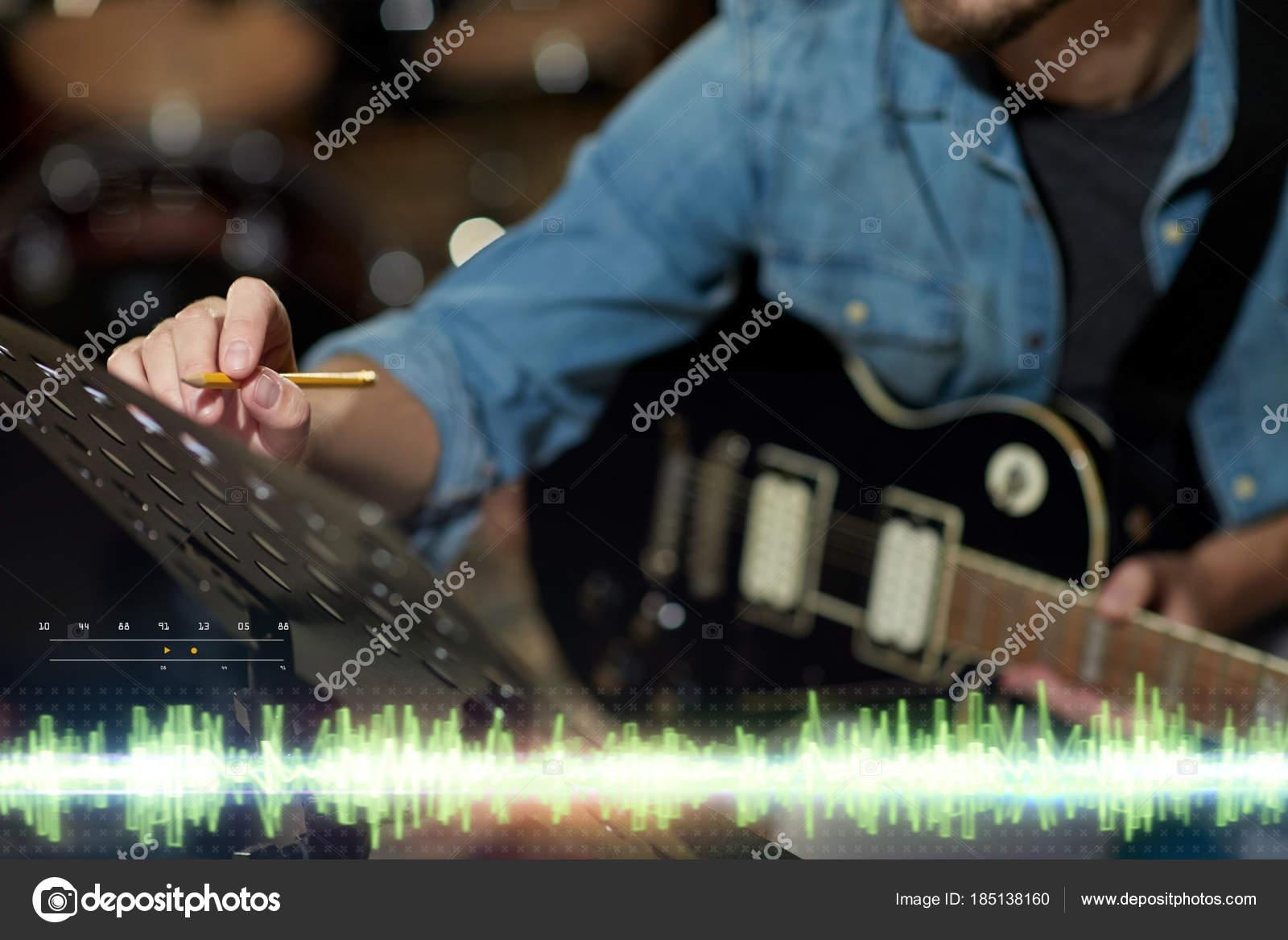 Músico Con El Libro De Guitarra Y Música En El Estudio