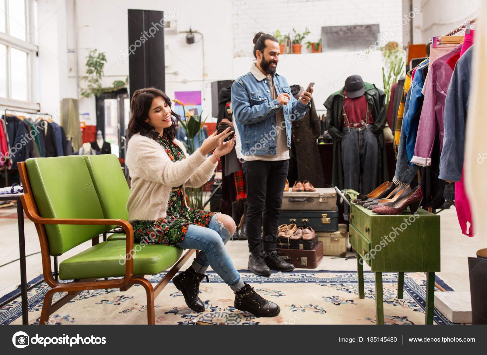 size 40 23f0f 17dce Coppie che scelgono scarpe al negozio di vestiti vintage ...