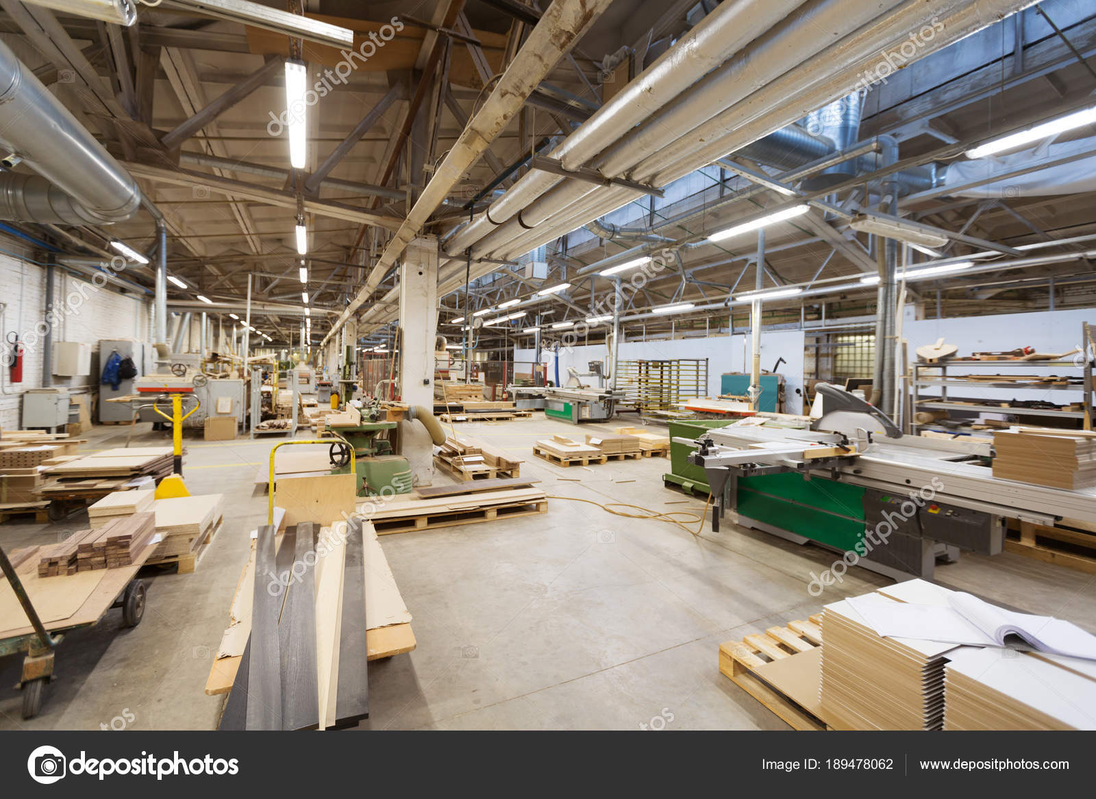Officina della fabbrica di lavorazione del legno foto for Fabbrica mobili