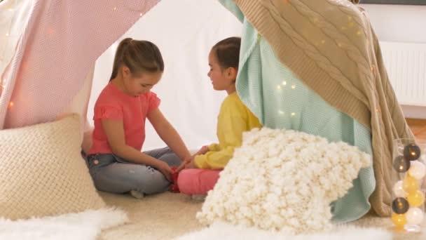 Ragazze felici in bambini tenda gioco partito di tè a casa u2014 video