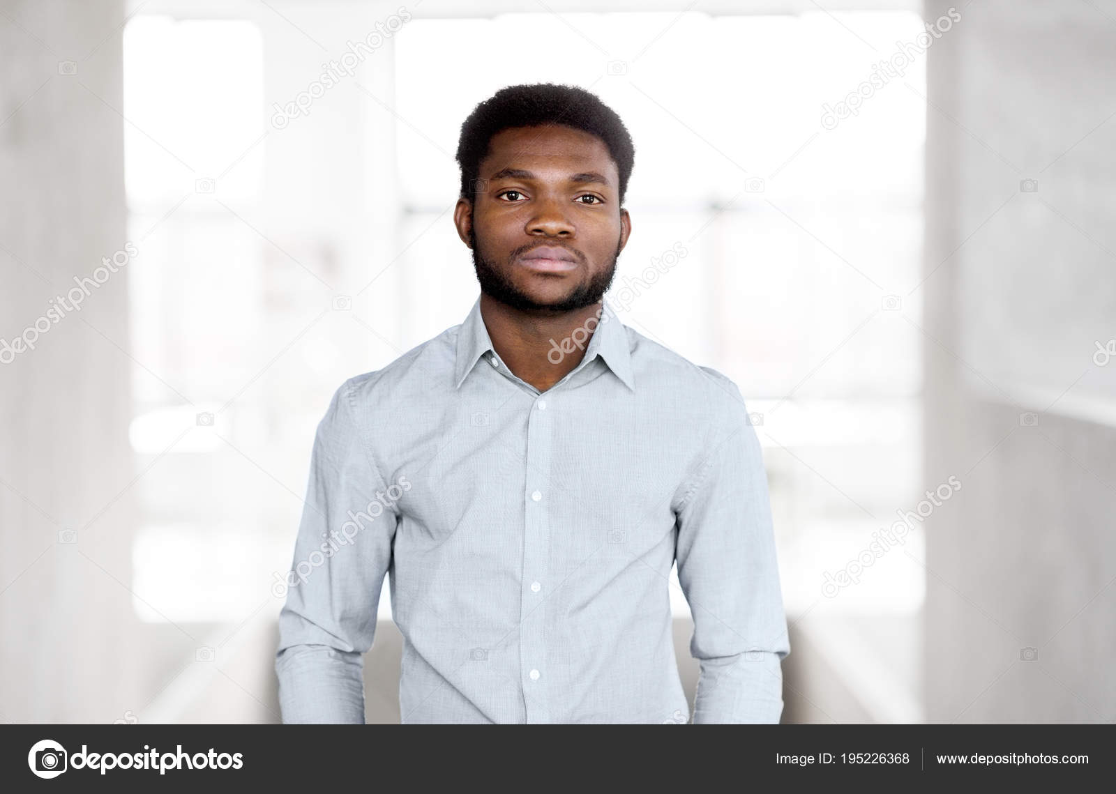 Un homme daffaires afro-américain au bureau image libre