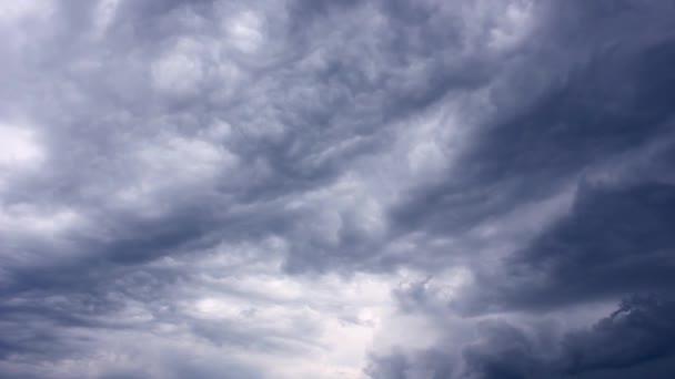 Silné bouřlivé nebe. Pohyb temných mraků. Temné bouřkové mraky pokrývající letní oblohu.