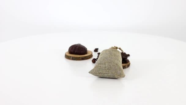 Tütchen mit Kaffeebohnen mit Schokolade Marshmallow auf Spinntisch Hintergrund