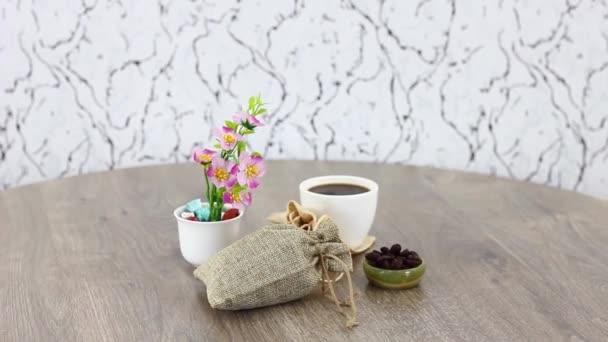 kávéscsésze táskák és kávébab forgó fa asztal háttér