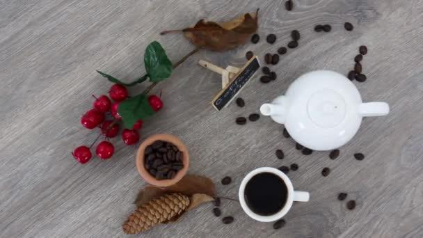 Tasse schwarzen Kaffee mit Wasserkocher auf Holztischhintergrund