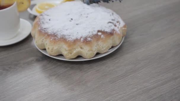 pečený domácí dort s cukrem prášek na dřevěném stole pozadí
