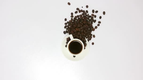 Kávé csésze kávébab fa asztal háttér.