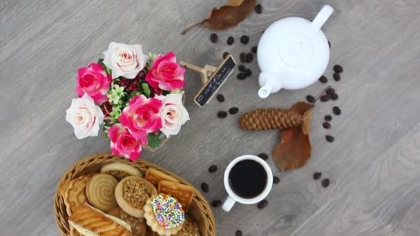 lahodné sladkosti s šálkem kávy na dřevěném stole pozadí