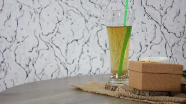 Kaffeezutaten auf Holztisch
